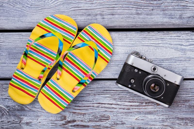 在木桌上的旅行和假期项目 图库摄影