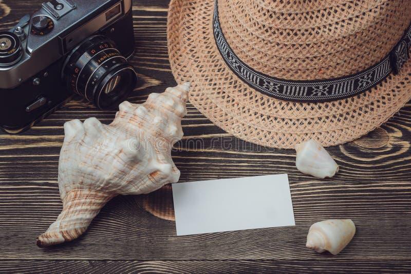 在木桌上的旅行项目 顶视图 免版税图库摄影
