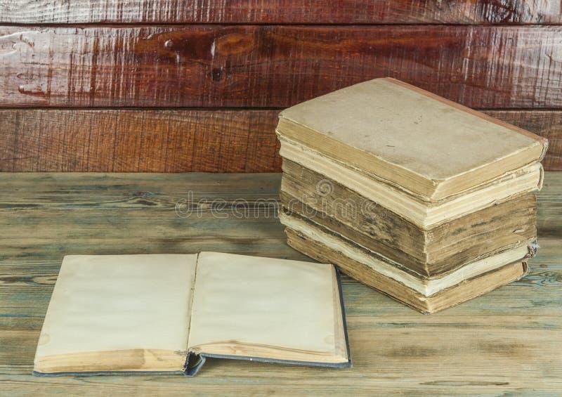 在木桌上的旧书 图库摄影
