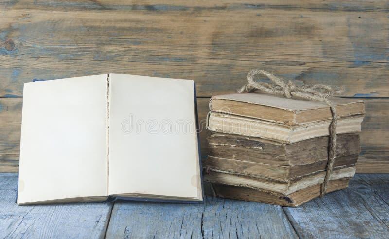 在木桌上的旧书 库存图片