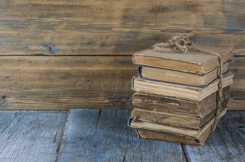 在木桌上的旧书 免版税库存照片