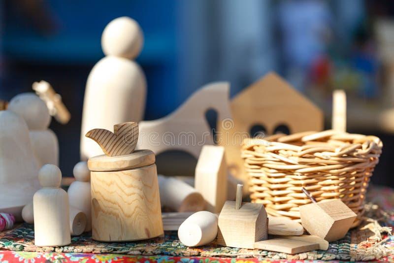 在木桌上的木玩具 由木头做的五颜六色的玩具 库存图片