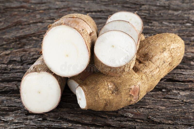 在木桌上的未加工的丝兰淀粉- esculenta的木薯 免版税图库摄影