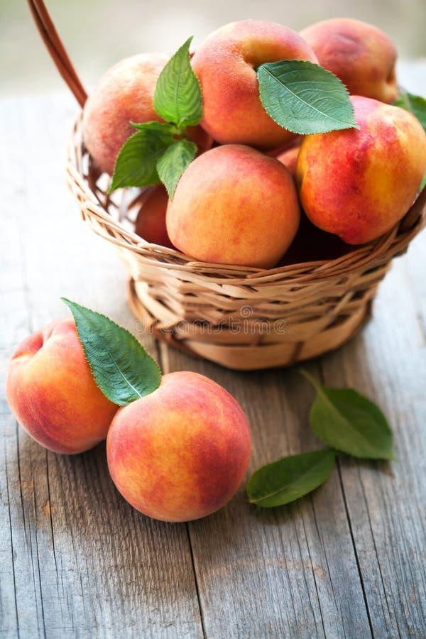 在木桌上的桃子果子 库存照片