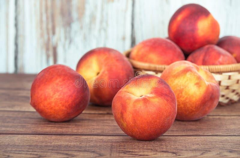在木桌上的桃子果子 图库摄影