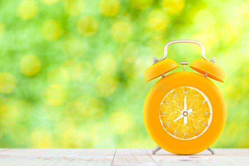 在木桌上的橙色闹钟 免版税库存图片