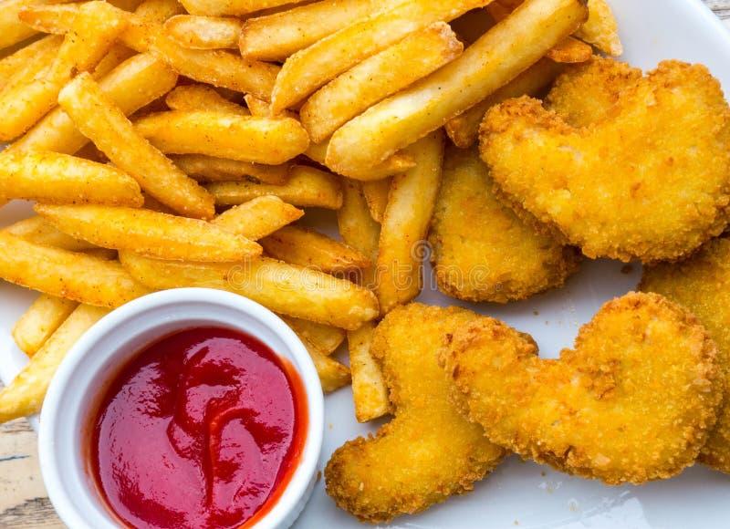 在木桌上的油煎的鸡翅 面包酥脆油煎的肯塔基鸡鲜美晚餐用西红柿酱 免版税库存图片
