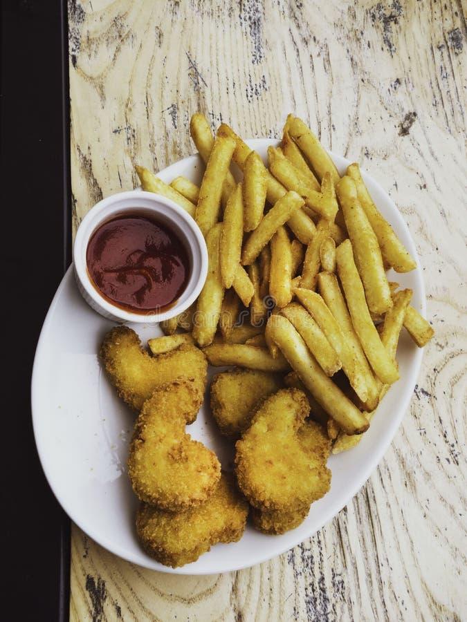 在木桌上的油煎的鸡翅 面包酥脆油煎的肯塔基鸡鲜美晚餐用西红柿酱 免版税图库摄影