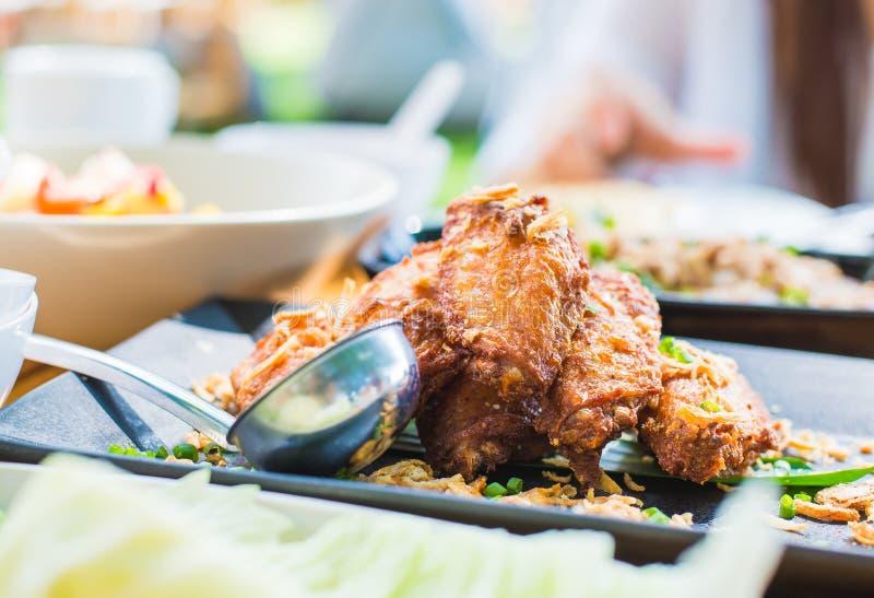 在木桌上的油煎的鸡翅 面包酥脆油煎的肯塔基鸡鲜美晚餐 免版税图库摄影