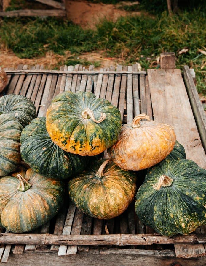 在木桌上的泰国南瓜在地方农夫市场上 库存图片