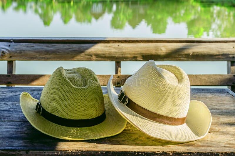 在木桌上的浅顶软呢帽帽子 免版税图库摄影