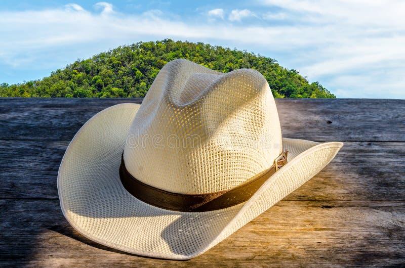 在木桌上的浅顶软呢帽帽子 免版税库存照片
