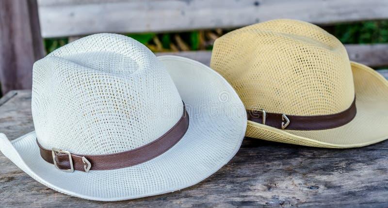 在木桌上的浅顶软呢帽帽子 库存照片