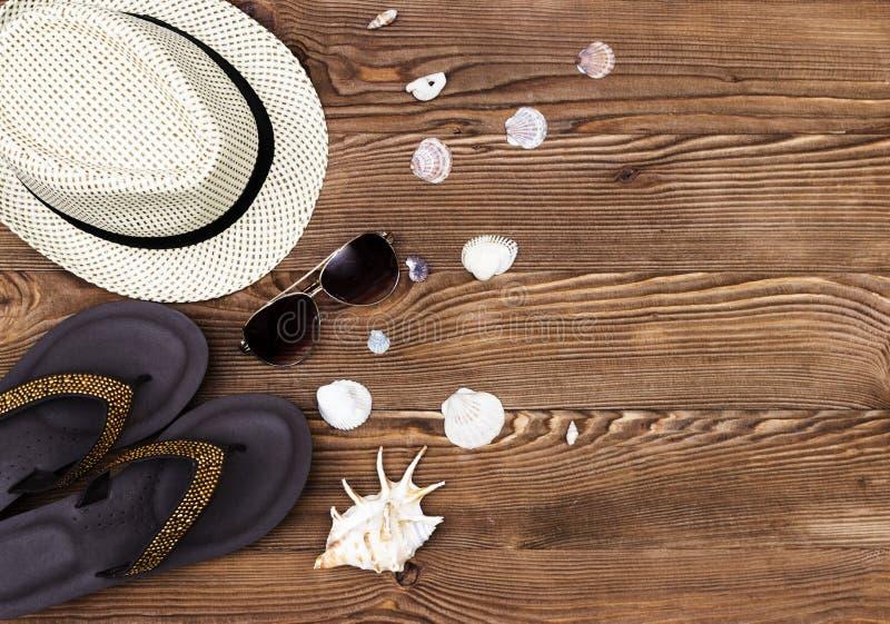 在木桌上的海滩和假期项目 与拷贝空间的顶视图 免版税图库摄影