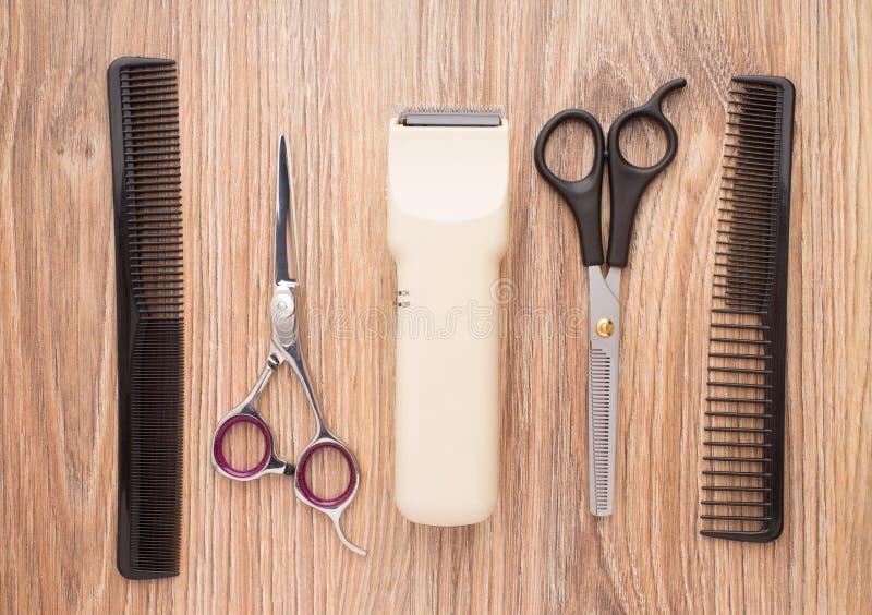 在木桌上的理发师辅助部件 库存图片