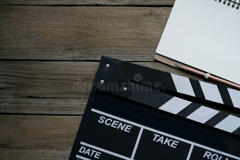 在木桌上的电影拍板 库存图片