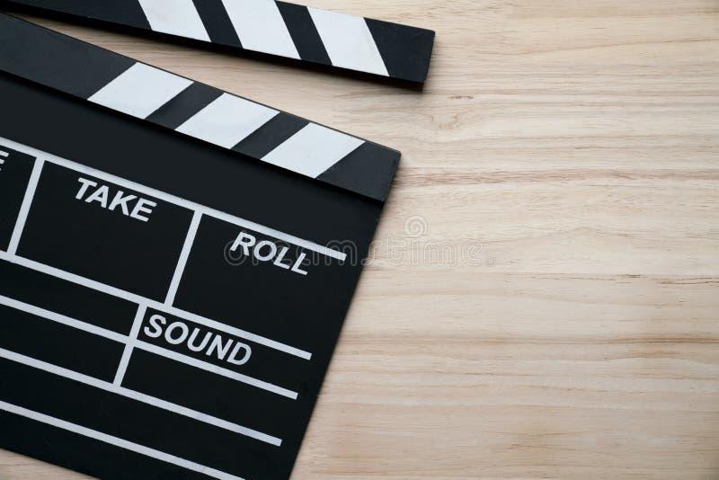 在木桌上的电影拍板 库存照片