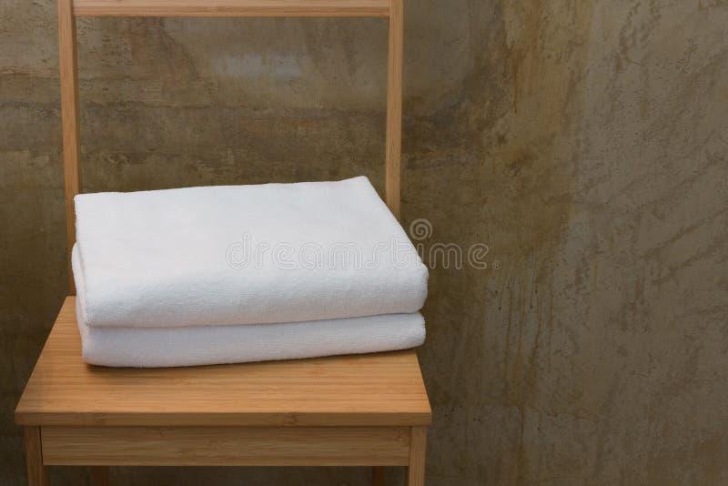 在木桌上的白色毛巾 免版税图库摄影