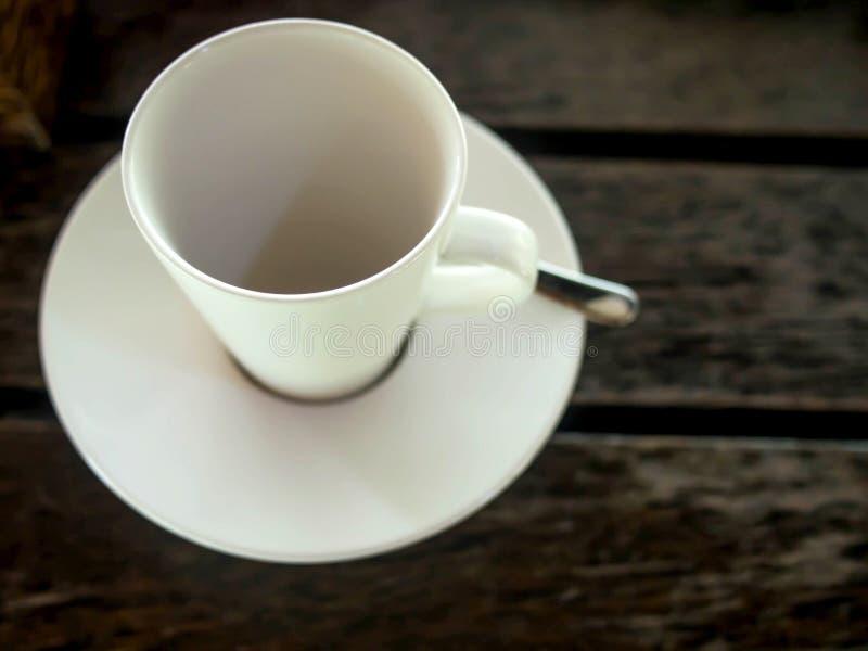 Download 在木桌上的白色空的咖啡杯 库存图片. 图片 包括有 饮料, 关闭, 服务台, 投反对票, 没人, 顶层, 咖啡馆 - 72362103