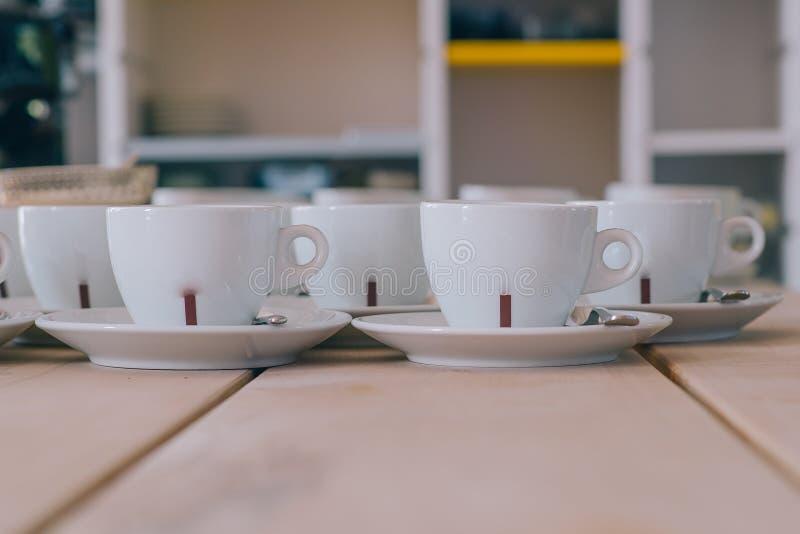 在木桌上的白色coffe杯子 库存照片