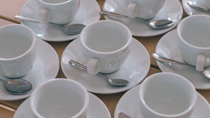 在木桌上的白色coffe杯子 图库摄影