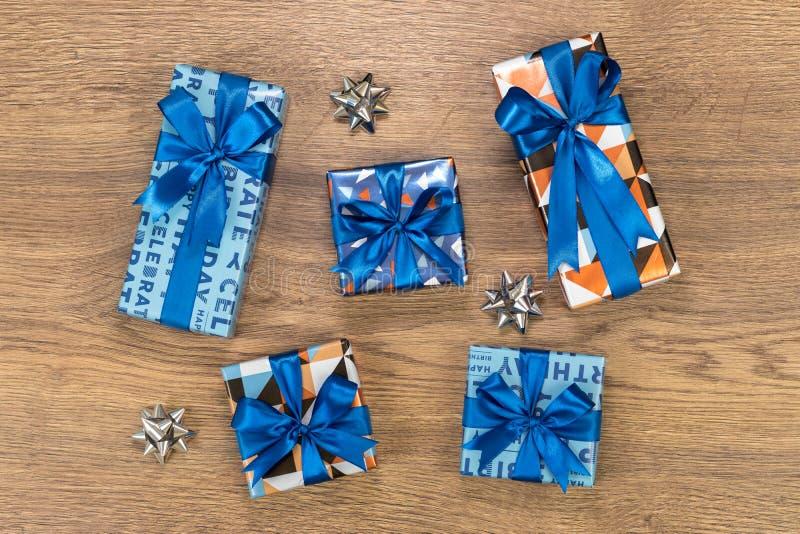 在木桌上的礼物盒构成 库存图片