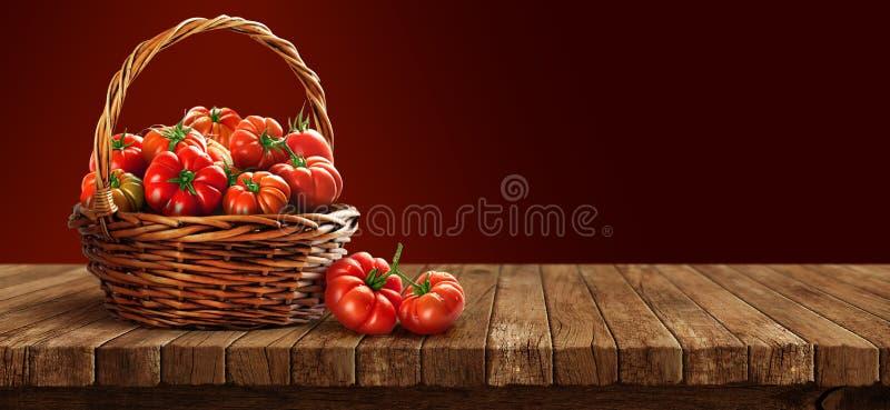 在木桌上的篮子里新鲜的番茄 免版税图库摄影