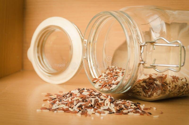 在木桌上的糙米 免版税库存图片
