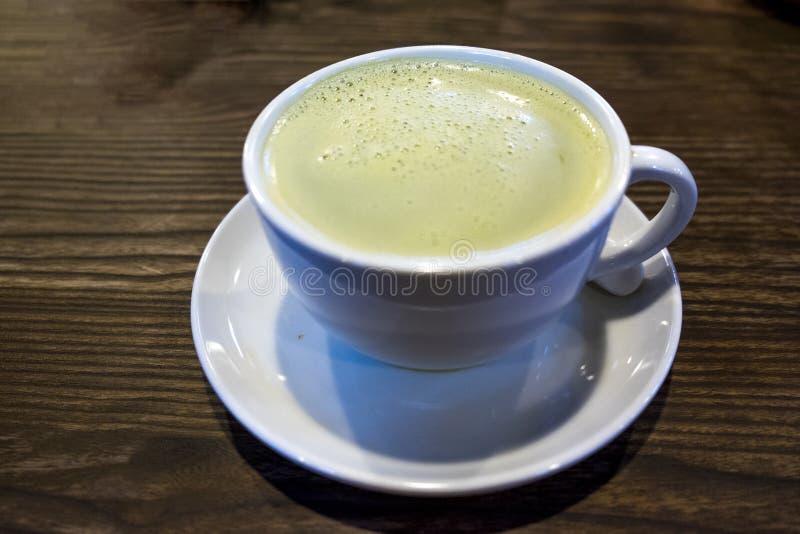 在木桌上的绿茶 库存照片