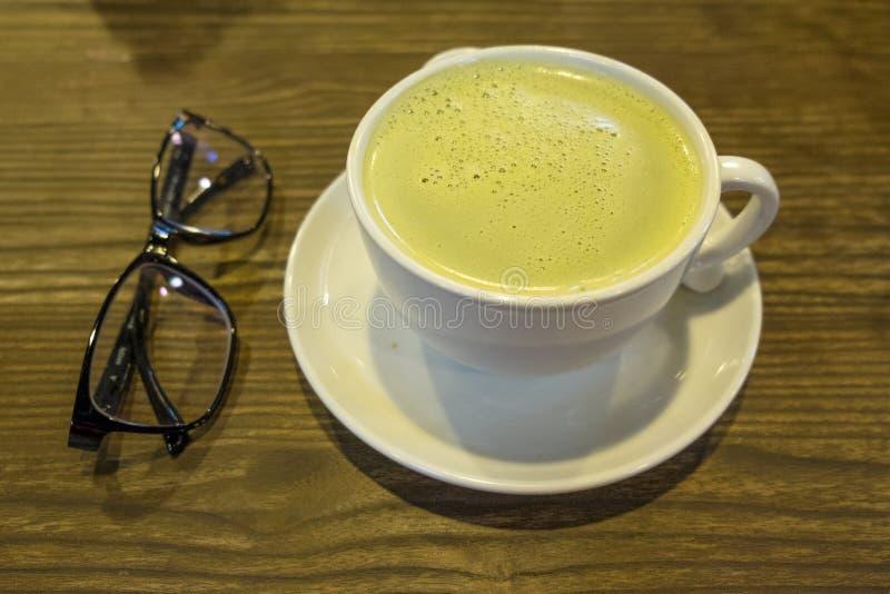 在木桌上的绿茶 免版税库存照片