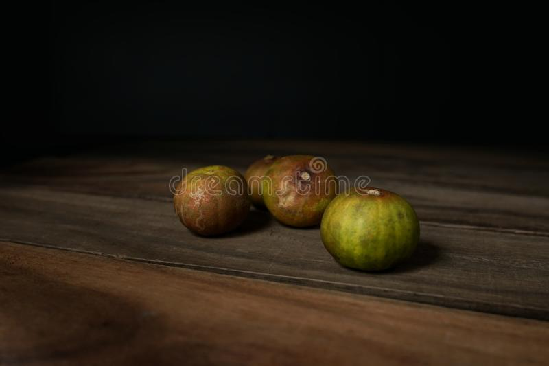 在木桌上的老柠檬 免版税库存照片