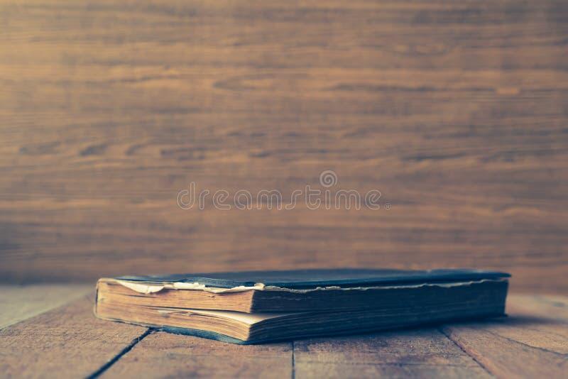 在木桌上的老精装书书 文本的空位 免版税库存图片
