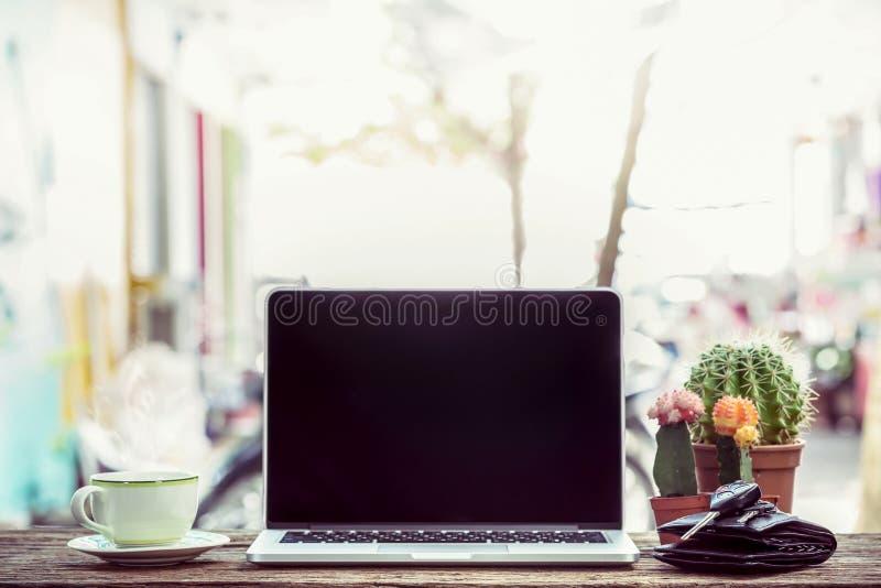 在木桌上的膝上型计算机与咖啡 免版税库存照片