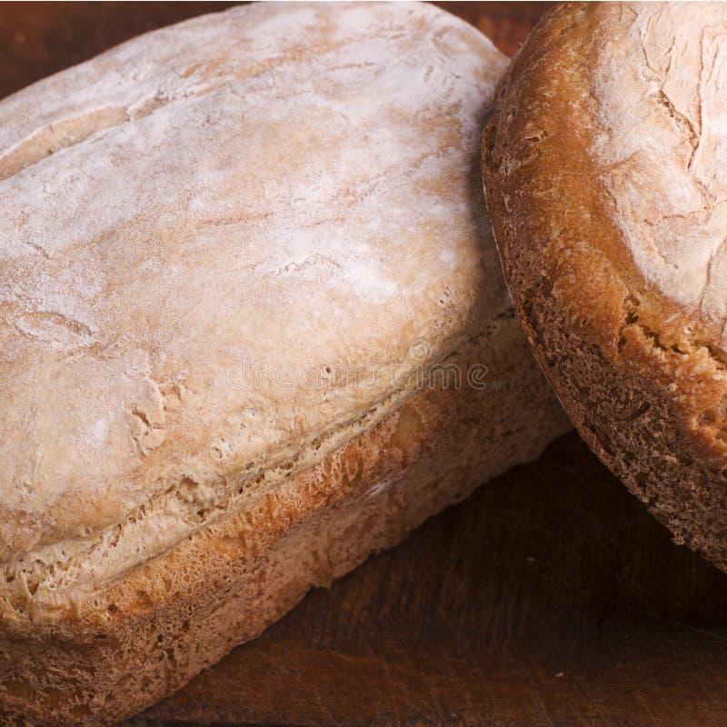 在木桌上的自创,新近地被烘烤的传统面包 库存照片