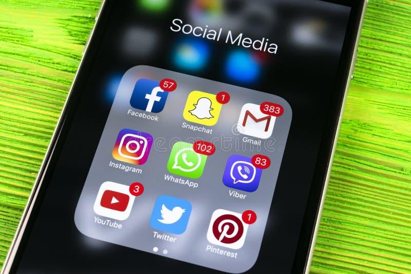 在木桌上的苹果计算机iphone 7与社会媒介facebook, instagram,慌张