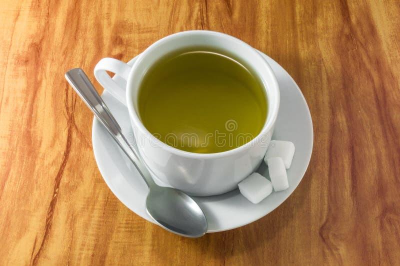 在木桌上的茶杯 图库摄影