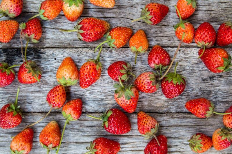 在木桌上的草莓,顶上 库存图片