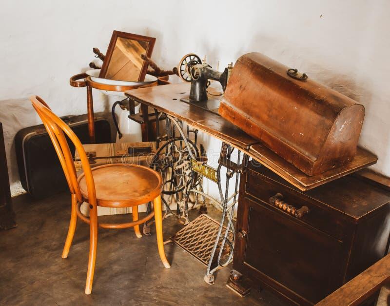 在木桌上的葡萄酒缝纫机 免版税库存照片