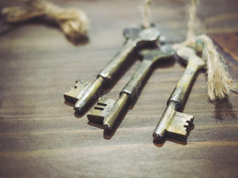 在木桌上的葡萄酒钥匙 免版税图库摄影