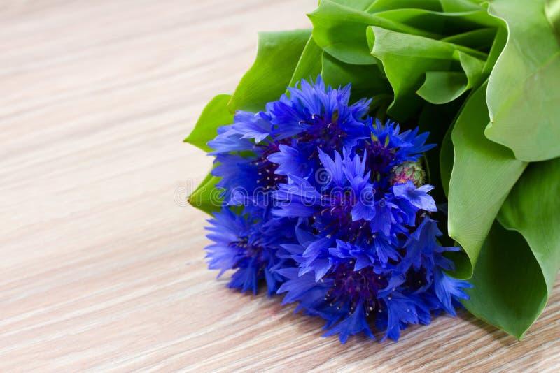 在木桌上的蓝色玉米花 图库摄影