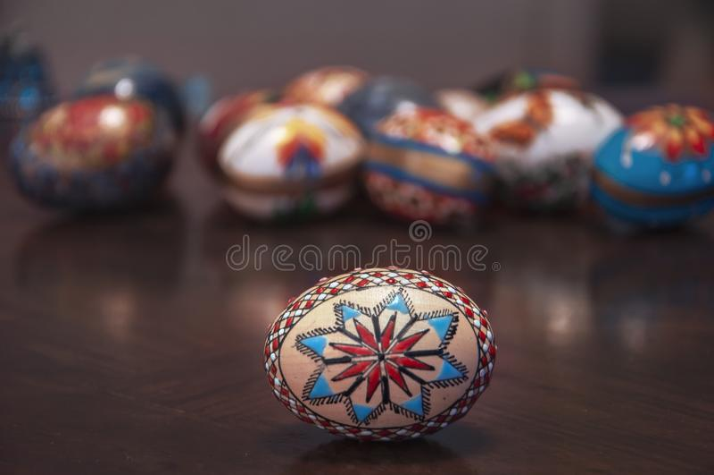 在木桌上的被绘的五颜六色的复活节彩蛋 免版税库存照片