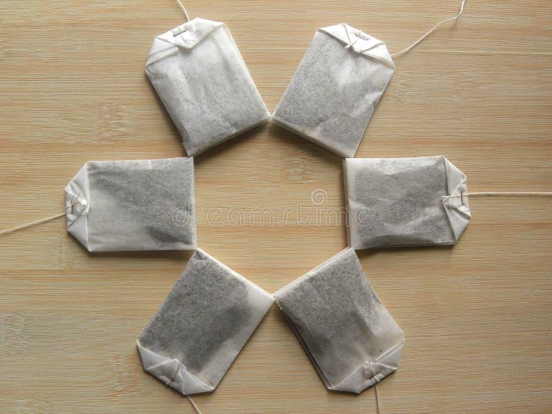 在木桌上的许多茶袋 免版税库存照片