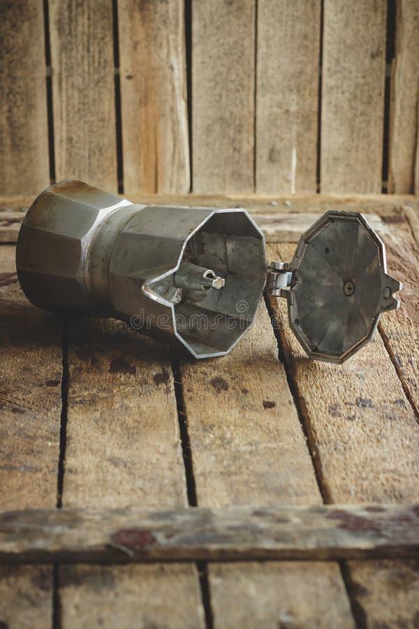 在木桌上的金属咖啡壶 图库摄影