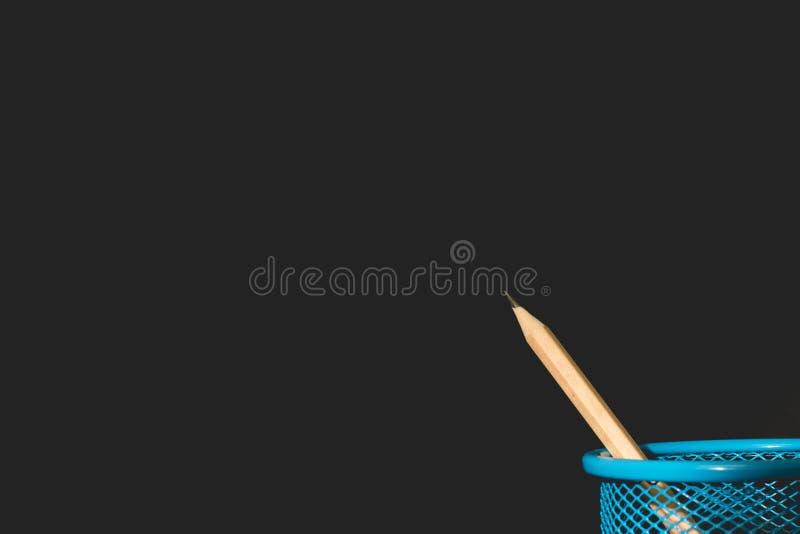 在木桌上的铅笔 黑暗的背景 教育概念 免版税库存照片