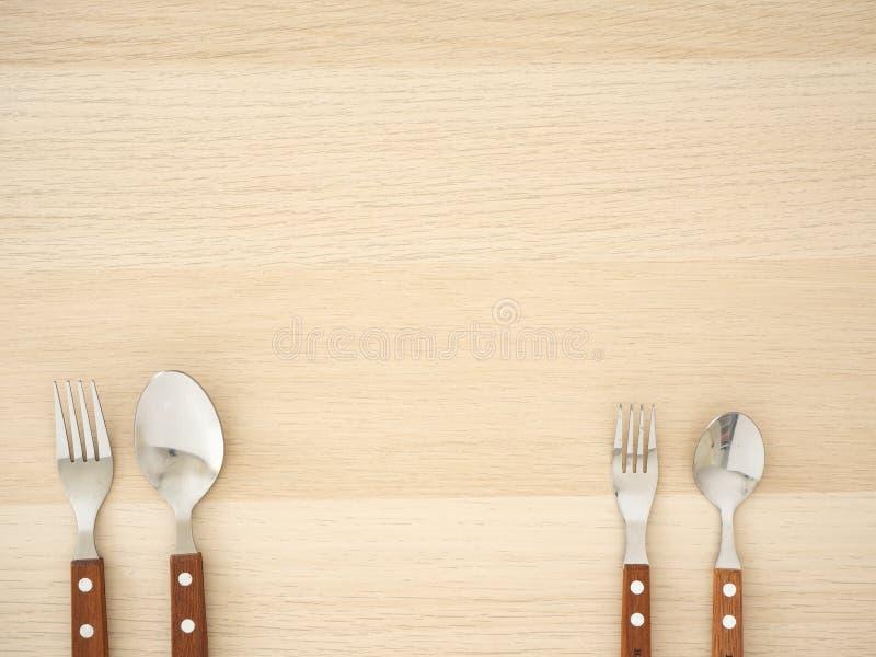 在木桌上的银色利器集合 免版税图库摄影