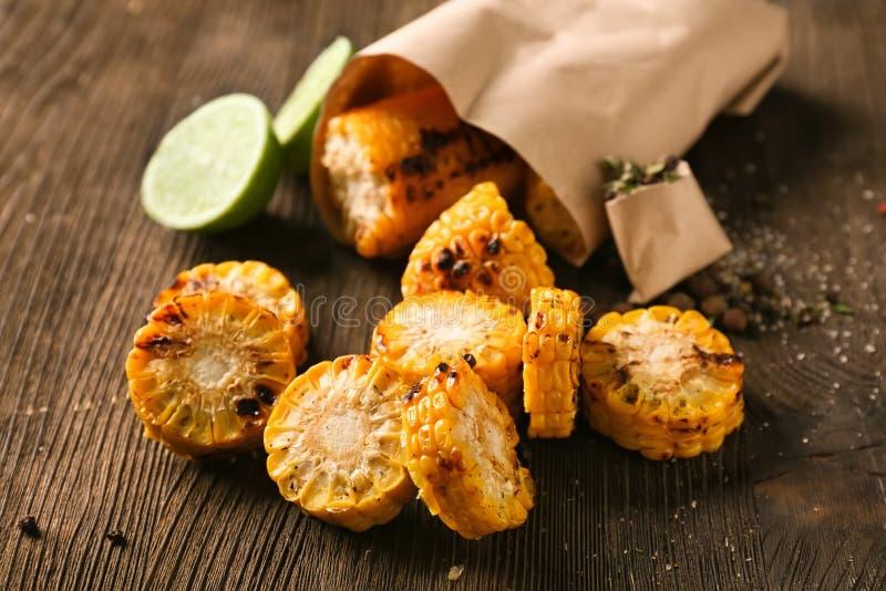 在木桌上的鲜美烤玉米棒子 库存图片