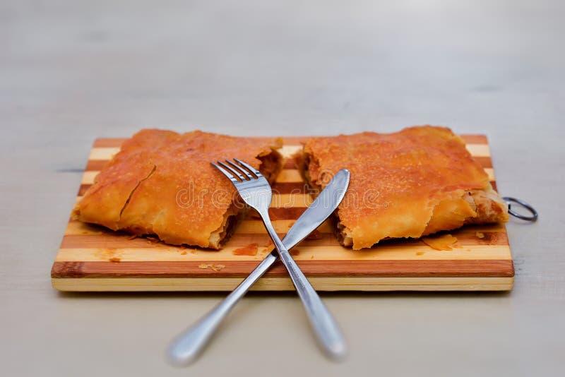 在木桌上的鲜美自创果馅奶酪卷 图库摄影