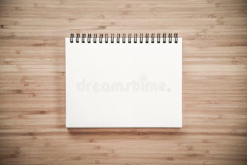 在木桌上的黏合剂笔记本 免版税图库摄影