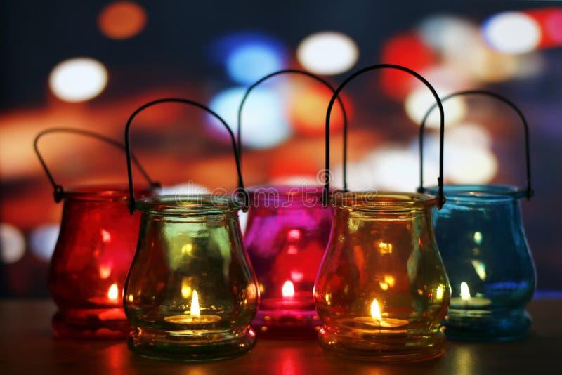 在木桌上的玻璃灯笼 免版税库存照片