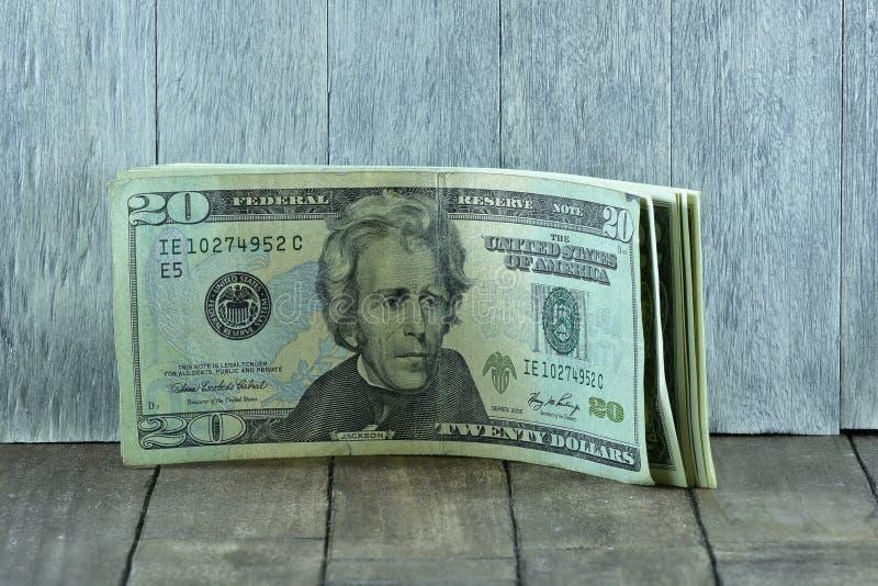 在木桌上的20美元 库存图片